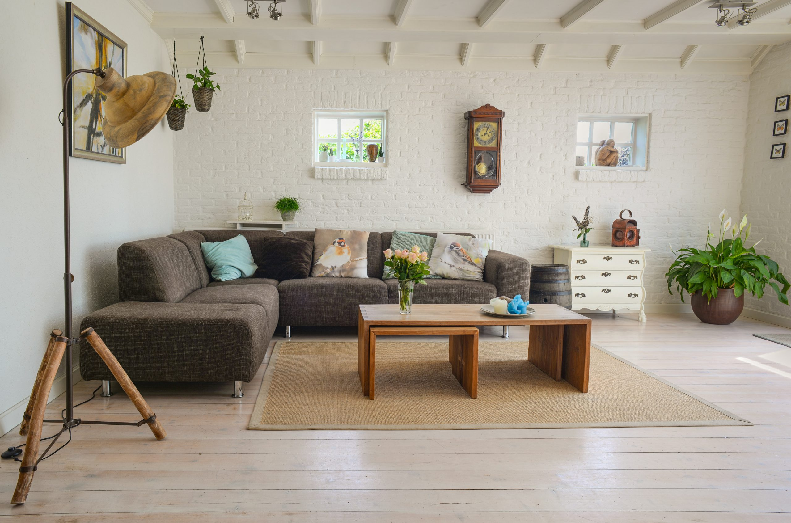 Pokój w stylu skandynawskim z klimatycznym oświetleniem