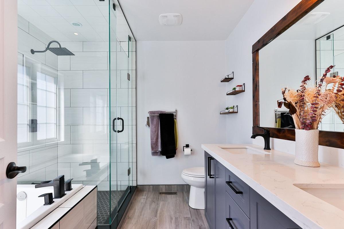 Mały plafon jako oświetlenie do łazienki