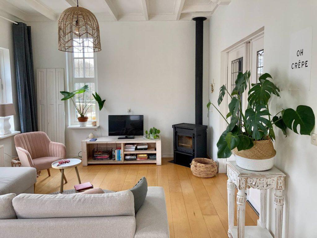 Jak dobrać eleganckie lampy do nowoczesnego salonu?