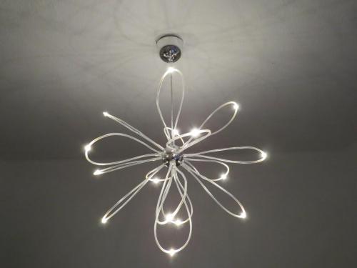 futurystczna-lampa-ledowa-na-suficie